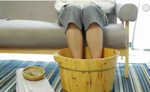 艾叶生姜花椒煮水泡脚